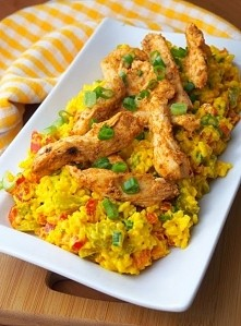 Kurczak na sałatce curry 2 filety z kurczaka 1 woreczek ryżu 1 czerwona papry...