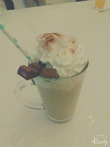 Poniedziałek rozpoczęty pyszną kawą ☕ #latte #cafe #kinder #chocolate #bitaśmietana ✌ #mniami