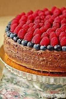 Czekoladowy naked cake z malinami