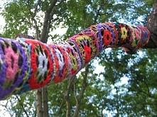 Yarn Bombing Polska. Drzewo. Wykonanie: Nieformalna Grupa FANABERIE z Lubonia.