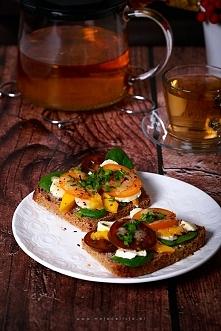 Nowy pomysł na kanapki! Kanapka z soczystym mango, świeżym szpinakiem, mozzarellą i pomidorem. Polana słodko-ostrym dressingiem miodowo-musztardowym.