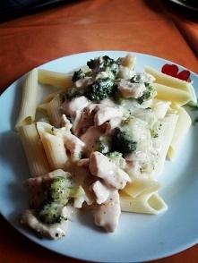 Makaron z sosem brokułowym i kawałkami kurczaka:)