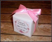 NOWOŚĆ!!! pudełeczka na upominki dla gości z wyciętym serduszkiem z tyłu :) Kolorystykę, czcionkę oraz grafikę wybierasz TY! :)  Masz pytania? Chcesz złożyć zamówienie? Pisz! kr...