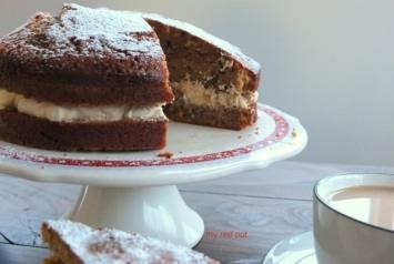 Kawowo orzechowe ciasto przekładane bitą śmietaną