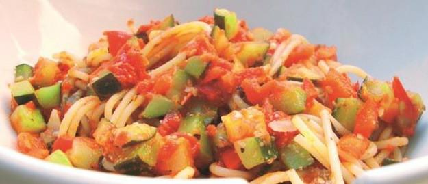 Danie.śródziemnomorskie.Składniki: mała cukinia 2 sztuki czerwona papryka 1 sztuka czosnek3 ząbkisuszone oregano 3 łyżeczkikrojone pomidory w puszce 300 gramówostra papryka w proszku 1 szczyptaprzyprawa do duszonych warzyw i zup 1 szczyptaoliwa z oliwek extra vergine 3 łyżkipieprzszczyptasól1 szczyptagrana padano 1 szczypta Sposób przygotowania: KROK 1: Warzywa myjemy i kroimy w kostkę. Na oliwie z pierwszego tłoczenia podsmażamy delikatnie czosnek, gdy kuchnia wypełni się aromatem czosnkowym, dodajemy cukinię i paprykę, mieszamy i dusimy do momentu, aż będą al dente. KROK 2: Gotujemy makaron według wskazań na opakowaniu i przykrywamy, by pozostał gorący. Gdy warzywa są już al dente, dodajemy krojone pomidory, oregano, paprykę, przyprawę oraz sól i pieprz, mieszamy. Dusimy na wolnym ogniu nie dłużej niż kwadrans. KROK 3: Makaron dodajemy do sosu, delikatnie mieszamy, podajemy natychmiast z grana padano.