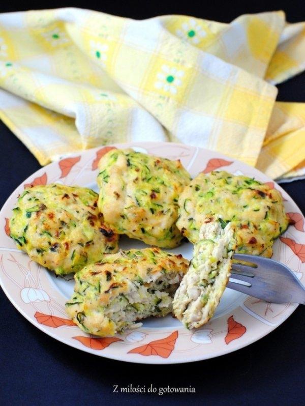 Lekkie FIT kotleciki <3  Przepis zaczerpnięty z internetu. Są naprawdę smaczne :)  Składniki (wyszło 9 kotletów, 1 kotlet ok. 75 kcal): 500 g piersi kurczaka, 1 średniej wielkości zielona cukinia, 1 jajko, 2 łyżki mąki ryżowej (można zastąpić pszenną), łyżka suszonego tymianku, 1 łyżeczka czerwonej czubrycy lub suszonego cząbru, pół łyżeczki mielonej chili, sól (około 1,5 łyżeczki)  Przygotowanie: Cukinię myjemy i ścieramy ze skórą na tarce o dużych oczkach. Solimy połową łyżeczki soli i odstawiamy, by puściła wodę. Mięso kurczaka dość drobno siekamy (najpierw kroimy je w kosteczkę, a później rach ciach ostrym nożem siekamy). Możemy je też z grubsza zmiksować, albo użyć gotowego mięsa mielonego z kurczaka. Solimy (około 1 łyżeczką soli), dodajemy chili, roztarty palcami tymianek i czubrycę/cząber i odstawiamy na bok. Do mięsa kurczaka dodajemy dobrze odciśniętą cukinię, jajko i mąkę. Dokładnie wyrabiamy ręką i odstawiamy na ok. 15-20 minut. Piekarnik rozgrzewamy do 170-180OC. Blachę wykładamy papierem do pieczenia. Z masy mięsnej formujemy kotlety (masa może wydawać się dość luźna, ale stężeje podczas pieczenia i kotlety nie będą się rozpadać), które układamy na blasze. Kotlety pieczemy w środkowej części pieca około 25-35 minut (w zależności od tego jak piecze Wasz piekarnik). Kotlety nie powinny bardzo się zrumienić, bo będą suche. Podajemy z ulubionymi dodatkami np. warzywami gotowanymi na parze i sosem jogurtowym. Smacznego!
