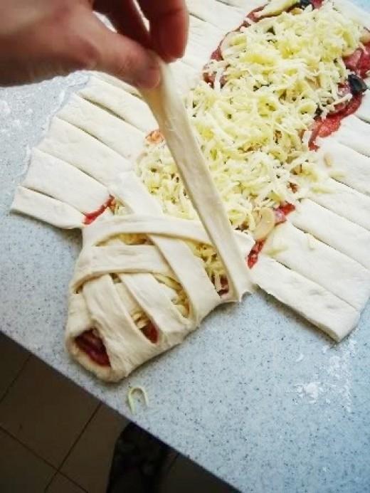 """mmmm to jest pyszne! zawsze wszystkim smakuje :)  Gdy to robię, to staram się, żeby środek był naprawdę """"napakowany"""" :D    Składniki na 3szt:  na ciasto:  1 i 3/4 szklanki mąki 3/4 szklanki ciepłej wody 15g świeżych drożdży łyżeczka oliwy z oliwek 3/4 łyżeczki soli na nadzienie:  ok. 250-300g wiejskiej kiełbasy średnia papryka mała cebula pół łyżeczki papryki ostrej łyżeczka ziół prowansalskich ok. 150g sera żółtego sól pieprz ponadto:  roztrzepane jajko do posmarowania szczypta ziół prowansalskich do posypania"""