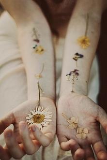 Czy patrzysz na swoje ręce? Czy wyciągasz je do innych? Może potrafisz tworzyć? A może wręcz przeciwnie..