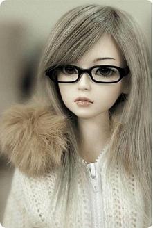 na pierwszy rzut oka widać człowieka ,ale nie, to bardzo przepiękna lalka włosy,oczy,usta są bardzo dopracowane