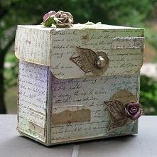 """Świetne pudełko :) Domyślam się,że wykorzystane różyczki albo są z modeliny albo z papieru :) A """"uchwyt"""" to guzik :) A papier pewnie plamiony kawą."""