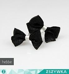 Czy ktoś wie, gdzie mogę dostać zwykłe, czarne kolczyki w kształcie kokardek? Najlepiej materiałowe, ale i inne materiały mogą być. Poszukuję ich na prezent dla minimalistycznej...