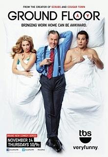Między piętrami(2013-2015)   Brody (Skylar Astin) jest młodym bankierem, który osiąga sukcesy w pracy, a nawet jest ulubionym podwładnym szefa Mansfielda (John C. McGinley). Pew...