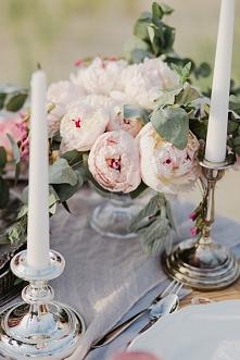 Fotografia: Atelier Wspomnień | Dekoracje: Rekwizytornia & Company | Kwiaty: Bukiety Bankiety | Różowe talerze: Starocie | Źródło: wedbook.pl
