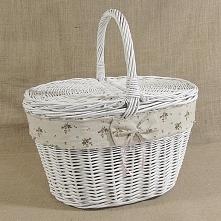 Biały wiklinowy kosz piknikowy zdobiony wstążką