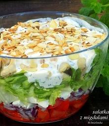 Sałatka z fetą i migdałami  Składniki: 3-4 pomidory 1 czerwona cebula 150 g s...