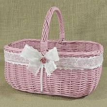 Różowy wiklinowy koszyk zdobiony wstążką