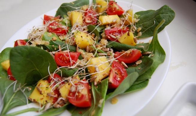 Pyszna sałatka z mango i szpinakiem <3  Wpadajcie na bloga po przepis!