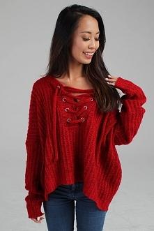 Wiązany sweter bordo na chłodniejsze dni.
