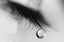 To dziwne wiem- ale uwielbiam, kiedy ludzie płaczą. Są wtedy tacy prawdziwi, jakby grali w spektaklu i obnażali się z ciuchów, biżuterii, makijażu. Łzy to najpiękniejszy symbol ...