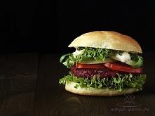 Burger z buraków, ciecierzycy i quinoi (komosy ryżowej)