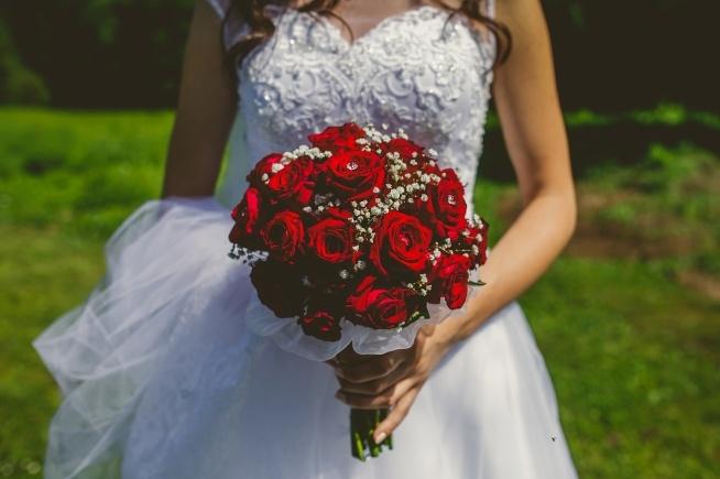 Sprzedam przepiękną suknie ślubną w stylu klasycznym. Suknia w salonie ślubnym Sabe, kosztowała 3 tysiące zł wraz z bolerkiem i krótkim welonem. Suknia posiada gorset, wiązanie gorsetu zostało zamaskowane przepięknymi guzikami. Ze względu na wbudowany gorset istnieje możliwość regulacji rozmiaru od 36 do 38. Suknia po profesjonalnym czyszczeniu chemicznym. Bolerko i welon gratis. Suknia uszyta do wzrostu 165 cm + 8 cm obcas istnieje możliwość skrócenia sukni. Suknie można przymierzyć w okolicy miasta Wieliczka. W przypadku zainteresowania proszę pisać na maila: beatamajka31@wp.pl