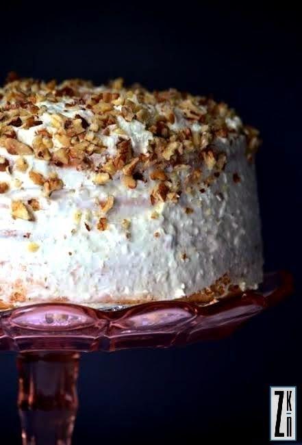 Tort jasny śmietankowo - orzechowy.
