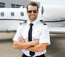 Cześć. Czytałam kiedyś książkę, nie pamiętam tytułu. Główna bohaterka przeprowadza się do brata, który jest pilotem. Na przeciwko ich mieszkania mieszka jego kolega, też pilot. ...