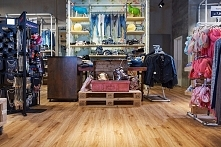 WINEO w Modehaus Vockeroth   Blisko 2500 mkw. podłogi w Modehaus Vockeroth codziennie przemierza setki klientów i pracowników.   Prezentujemy niebanalny wystrój wnętrz podkreślo...