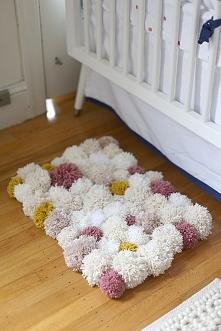 Kolorowy, własnoręcznie zrobiony dywanik, fajna niebanalna opcja!
