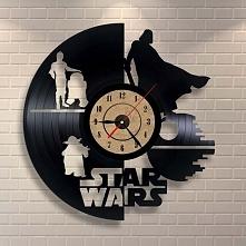 Jaki prezent dla osoby która lubi state płyty i Star Wars? Zegar z płyty winylowej z postaciami ze Star Wars. Ciekawe połączenie i idealny prezent dla fana w każdym wieku