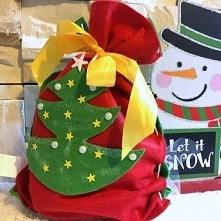 Świąteczny DIY woreczek z filcu jako opakowanie na prezent, idealny na święta! Pokazujemy jak go zrobić na blogu :)