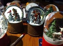 W tym roku z przyjaciółkami robimy sobie prezenty w postaci kul śnieżnych. Ni...