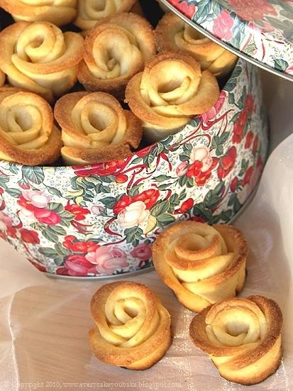 Kruche różyczki: 200 g zimnego masła, 2,5 szklanki mąki (pół na pół pszennej i krupczatki), 3/4 szklanki cukru pudru, 3 żółtka, szczypta soli Mąkę z solą posiekać z masłem. Dodać cukier puder oraz żółtka i jeszcze raz wszystko posiekać. Szybko zagnieść ciasto i uformować kulę (jeżeli nie będzie się sklejać, można dodać 1-2 łyżki zimnej wody). Ciasto zawinąć w folię i włożyć do lodówki na około pół godziny. Schłodzone ciasto rozwałkować cienko (na około 3-4 mm). Wykrawać krążki jednakowej wielkości. Po cztery krążki układać tak, aby zachodziły na siebie, po czym zwinąć je w rulon (raczej luźny). Rulon przekroić w połowie na dwie części, uzyskując w ten sposób dwie różyczki (instrukcja obrazkowa tutaj ;)). Każdej różyczce rozchylić lekko płatki i ułożyć na blasze wyłożonej pergaminem. Piec w nagrzanym do 200 stopni piekarniku około 15 minut, aż różyczki zarumienią się na brzegach. Upieczone ciastka można posypać cukrem pudrem.