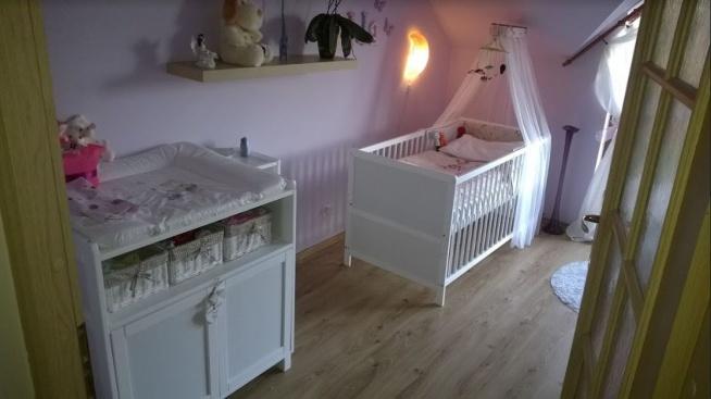 Pokój dziewczynki Lila kolor ścian, białe mebelki Zdjęcie klientki sklepu mamaipapa.pl