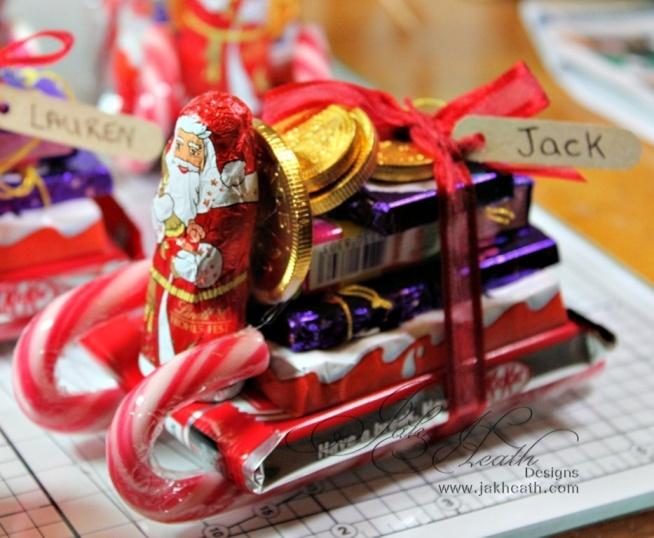 Mikołajki nie mogą obyć się bez.. Mikołaja! W tym prezencie może on być czekoladowy, a jego sanie zrobione ze świątecznych lizaków, po brzegi wypełnione prezentami złożonymi z czekoladek i cukierków.   Świetny pomysł na skromny, ale zarazem kreatywny prezent, który ucieszy nie tylko małego miłośnika słodyczy, ale również starszego łasucha. ;)   Ja osobiście na pewno wykorzystam ten pomysł i podaruję go na Mikołajki komuś bliskiemu. :)