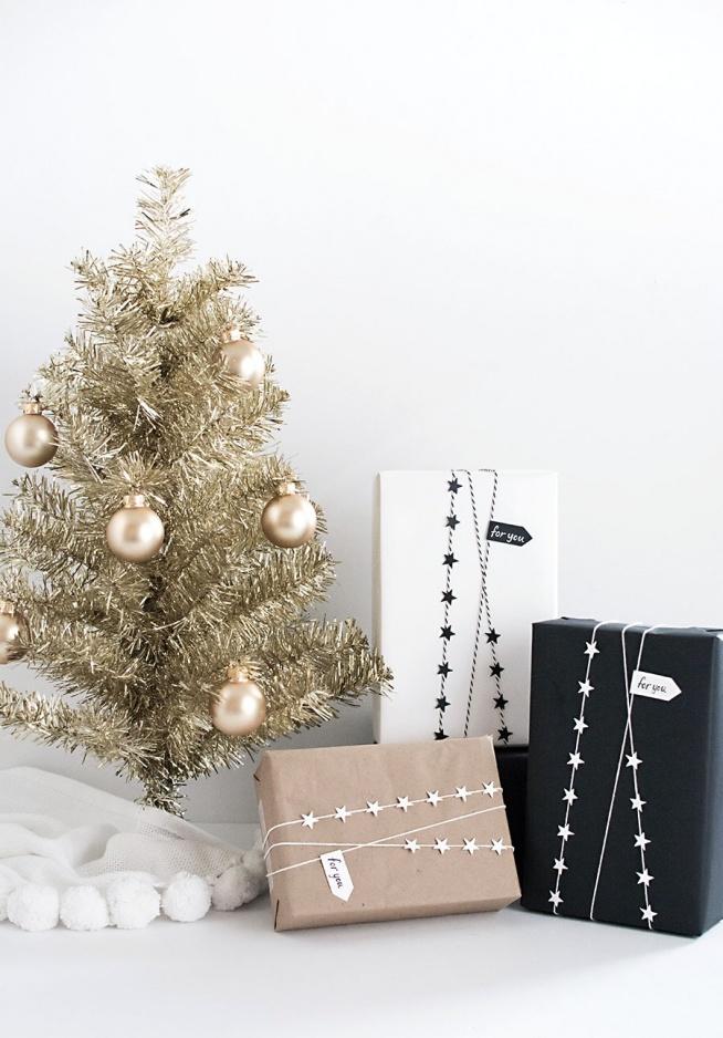 Znudziły Ci się tradycyjne pakowanie prezentów w torebki lub kolorowe papiery świąteczne? Chcesz ozdobić je skromnie, a zarazem oryginalnie? To rozwiązanie jest dla Ciebie!   Zwykły, brązowy papier, sznurek, dziurkacz w kształcie gwiazdek i klej wystarczą do stworzenia niepowtarzalnego opakowania na prezent. Zachwyci on na pewno swoją prostotą i elegancją każdego. :)