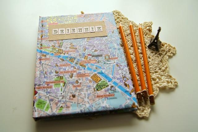 Dziennik będzie idealnym prezentem DIY dla podróżniczki. Zeszyt z okładką z mapą zachęci każdego do spisywania wrażeń po podróży :)