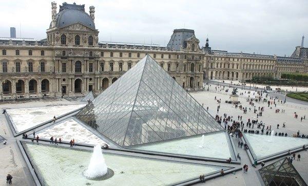 Luwr - dawny pałac królewski w Paryżu, obecnie muzeum sztuki. Jedno z największych muzeów na świecie, najczęściej odwiedzana placówka tego typu na świecie. Stanowi jedno z ważniejszych punktów orientacyjnych stolicy Francji