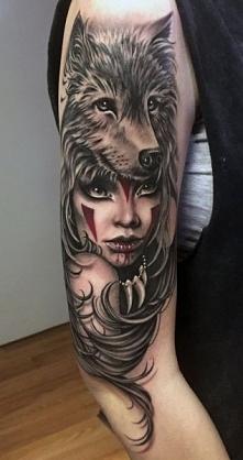 tatuaże na ramie wilk i kobieta