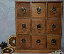 Komódka zakupiona w kolorze drewna pomalowana na ciemny brąz. Idealna na biżuterię i inne kobiece skarby :)