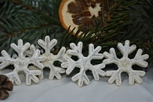 Śniegowe gwiazdki z masy solnej do dekoracji stołu, prezentów itp