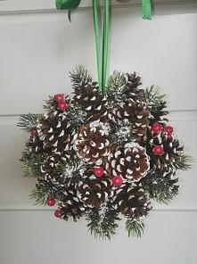 Kula z naturalnych szyszek będzie idealną dekoracją na tegorocznej święta. W Promocyjnej cenie dostępna na allegro!