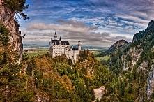 Zamek Neuschwanstein, Niemcy.Bajkowy zamek znany wszystkim z czołówek filmów Walta Disney'a istnieje naprawdę i znajduje się niedaleko Füssen w południowej Bawarii w Niemczech. ...
