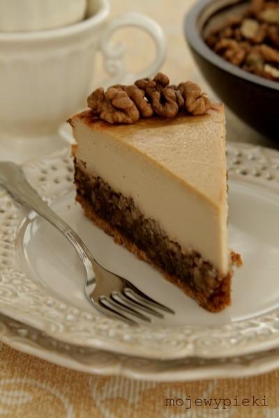 PYSZNY !!! Sernik orzechowy      To sernik, który musicie upiec! Miłego weekendu!   Składniki na spód:      1 i 3/4 szklanki pokruszonych ciastek pełnoziarnistych typu digestive     1/3 szklanki masła, roztopionego  Składniki na spód wymieszać, wcisnąć w dno tortownicy o średnicy 23 cm, wyłożonej uprzednio papierem do pieczenia. Podpiec w temperaturze 175ºC przez 6 - 8 minut.   Składniki na masę orzechową:      2/3 szklanki golden syrupu     1/3 szklanki roztopionego masła     1 łyżka ciemnego brązowego cukru     2 jaja     1,5 szklanki posiekanych orzechów włoskich lub pekan     1 łyżeczka ekstraktu z wanilii  Wszystkie składniki na masę orzechową wymieszać w garnuszku, podgrzać, gotować 8 - 10 minut do zgęstnienia, ciągle mieszając. Wylać na podpieczony spód i odstawić na bok.  Składniki na masę serową:      750 g twarogu półtłustego lub tłustego, zmielonego przynajmniej dwukrotnie     1 szklanka jasnego brązowego cukru     2 łyżki mąki pszennej     4 jajka     2/3 szklanki kremówki 36%     1 łyżeczka ekstraktu z wanilii  Wszystkie składniki powinny być w temperaturze pokojowej.  W misie miksera umieścić wszystkie składniki na masę serową. Zmiksować do połączenia; nie miksować zbyt długo, by niepotrzebnie nie napowietrzać masy serowej - napowietrzony sernik mocno urośnie, a potem opadnie. Nie chcemy tego; sernik po upieczeniu powinien być równy jak stół.  Masę serową wylać na masę orzechową.  Piec 1 godzinę w temperaturze 175ºC. Gotowy sernik powinien być ścięty i sprężysty na wierzchu przy dotyku patyczkiem. Wystudzić w lekko uchylonym piekarniku, następnie schłodzić w lodówce przez około 12 godzin.  Smacznego :-).