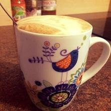 kawa z mleczną pianką i mały relaks