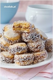 CIASTKA SŁONECZKA (ASPIRYNKI) Ciasteczka są bardzo kruche wręcz rozpływają się w ustach ze słodką czapeczką wykonaną na bazie białek i cukru. Kruche ciasto można wykonać wcześni...