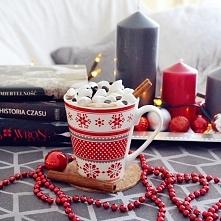 Gorąca czekolada z piankami, cynamonem i śmietanką. Idealna na zimowe wieczor...