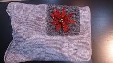- Sweter z kieszonką  - Luźny fason  - Ściągacze na rękawach  - Naszyta kieszeń  - Rozmiar uniwersalny oversize S-3XL  - Produkt Polski  - Skład: 100% Acryl