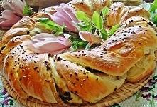 Drożdżowy wieniec grzybowo - cebulowy   Na ciasto: 65 dag mąki pszennej, 2 dag świeżych drożdży, 200 ml letniego mleka, 2 jajka, 2 łyżki kwaśnej śmietany, 1/2 łyżeczki cukru, 1 ...