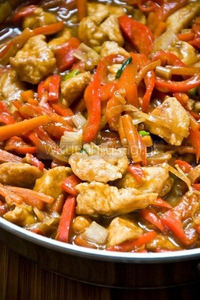 kurczak pięciu smaków . Składniki (porcja dla 4 osób)  0,5 kg kurczaka 1 czerwona papryka 1 żółta papryka (można zastąpić czerwoną) 1 średnia marchew 10 cm pora 2 dymki lub szczypiorek 4 cm korzenia imbiru 1 czerwona chili (lub 1/2 łyżeczki suszonych płatków chili) 2 ząbki czosnku  2 płaskie łyżeczki przyprawy 5 smaków  2 łyżki sosu sojowego olej sezamowy (opcjonalnie) sól  Przygotowanie:  Ryż ugotować zgodnie z instrukcją na opakowaniu. Można zagotować wodę w czajniku elektrycznym, żeby było szybciej.  Kurczaka pokroić w niezbyt regularną, około 2 cm kostkę. Oprószyć solą, łyżką mąki kukurydzianej i łyżeczką przyprawy 5 smaków. Wymieszać, żeby mąka i przyprawy pokryły wszystkie kawałki. Odstawić.  Czosnek drobno posiekać. Imbir obrać i zetrzeć na tarce. Z papryczki chili usunąć pestki i pokroić na cienkie plasterki.  Marchew obrać i pokroić w zapałkę. Papryki oczyścić z gniazd nasiennych i pokroić w paseczki.  Pora pociąć na 0,5 cm plastry, dymkę na 1 cm kawałki.  W szklance utrzeć na pastę dwie łyżki mąki kukurydzianej z jedną łyżeczką przyprawy 5 smaków oraz sosem sojowym i rybnym. Dopełnić zimną wodą i dokładnie wymieszać.  Smażenie:  Na patelnię wlać olej roślinny i mocno rozgrzać, aż zacznie dymić i skwierczeć. Wrzucić kurczaka (uwaga, pryska) i obsmażyć 3-4 minuty na złoto. Zdjąć z patelni i odłożyć na talerz wyłożony papierowym ręcznikiem kuchennym.  Na patelnie wrzucić czosnek, imbir i chili, smażyć 30 sekund, dodać marchew oraz paprykę i smażyć 3 minuty. Następnie dodać por i dymkę, smażyć 1 minutę lub aż por zmięknie.  Warzywa zalać sosem, szybko zamieszać i zmniejszyć ogień. Sos zgęstnieje, ale powinien być lekko płynny. Jeśli nie jest, dolać nieco wody. Dołożyć usmażonego kurczaka i gotować jeszcze 2 minuty. Na koniec skropić łyżeczką oleju sezamowego.  Podawać z ryżem.  Smacznego